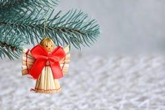 Juguetes hechos a mano de la Navidad de la paja en el fondo blanco Tarjeta de la Feliz Año Nuevo y de la Feliz Navidad fotografía de archivo libre de regalías