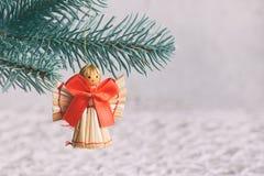Juguetes hechos a mano de la Navidad de la paja en el fondo blanco Tarjeta de la Feliz Año Nuevo y de la Feliz Navidad foto de archivo libre de regalías