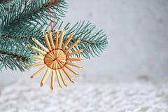 Juguetes hechos a mano de la Navidad de la paja en el fondo blanco Tarjeta de la Feliz Año Nuevo y de la Feliz Navidad foto de archivo
