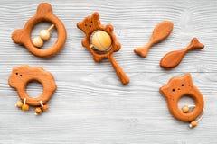 Juguetes hechos a mano de madera lindos para recién nacido en copyspace de madera gris de la opinión superior del fondo Fotografía de archivo libre de regalías