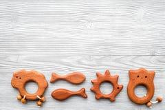 Juguetes hechos a mano de madera lindos para recién nacido en copyspace de madera gris de la opinión superior del fondo Foto de archivo libre de regalías