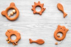 Juguetes hechos a mano de madera lindos para recién nacido en copyspace de madera gris de la opinión superior del fondo Fotos de archivo libres de regalías