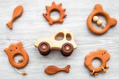 Juguetes hechos a mano de madera lindos para recién nacido en la opinión superior del fondo de madera gris Fotografía de archivo libre de regalías
