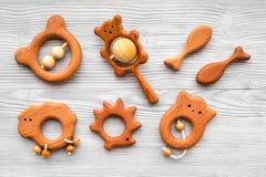 Juguetes hechos a mano de madera lindos para recién nacido en la opinión superior del fondo de madera gris Imagen de archivo