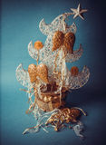 Juguetes hechos a mano del Año Nuevo en fondo azul Imagenes de archivo