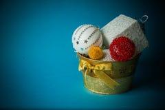 Juguetes hechos a mano del Año Nuevo en fondo azul Imagen de archivo