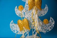 Juguetes hechos a mano del Año Nuevo en fondo azul Fotografía de archivo