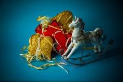 Juguetes hechos a mano del Año Nuevo en fondo azul Fotos de archivo