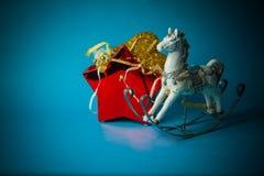 Juguetes hechos a mano del Año Nuevo en fondo azul Foto de archivo libre de regalías