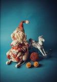Juguetes hechos a mano del Año Nuevo en fondo azul Imágenes de archivo libres de regalías