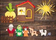 Juguetes hechos a mano del fieltro sobre fondo rústico de madera El fieltro juega stor Fotografía de archivo libre de regalías