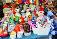 Juguetes hechos a mano del oso exhibidos en el mercado de la Navidad de Riga Fotos de archivo libres de regalías