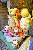 Juguetes hechos a mano del oso exhibidos en el mercado de la Navidad de Riga Fotos de archivo