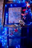 Juguetes hermosos y guirnalda del ` s del Año Nuevo que crean cosiness en nuestra casa Imagen de archivo libre de regalías