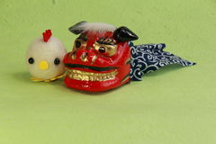 Juguetes, león asiático por Año Nuevo y polluelo del hilado Imagenes de archivo