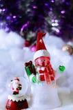 Juguetes lindos del muñeco de nieve y de Papá Noel en backgrou nevoso borroso Fotos de archivo libres de regalías