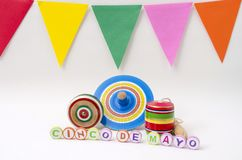 Juguetes mexicanos de madera coloridos