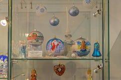 Juguetes modernos de la Navidad Bolas de la pintura con paisaje del invierno Foto de archivo libre de regalías