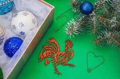 Juguetes para el árbol de navidad en la decoración del árbol de navidad de la caja Foto de archivo