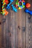Juguetes para el perro y el gato de animales domésticos Accesorios del caucho y de la materia textil en espacio de madera oscuro  Imagen de archivo libre de regalías