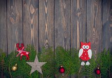 Juguetes pasados de moda del árbol de navidad y madera vieja Fondo para una tarjeta de felicitación del ` s del Año Nuevo Fotos de archivo libres de regalías