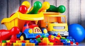 Juguetes plásticos coloridos en el sitio de niños foto de archivo