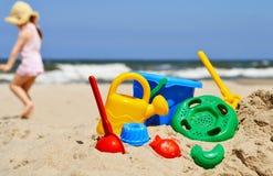 Juguetes plásticos de los niños en la playa de la arena Fotografía de archivo