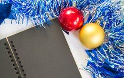 Juguetes planos del árbol de abeto del compositionwith de la Navidad o del Año Nuevo y página en blanco Foto de archivo