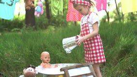 Juguetes que se lavan de la niña almacen de metraje de vídeo