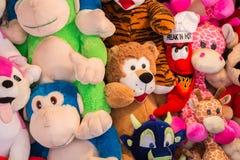 Juguetes rellenos en una feria de diversión Fotos de archivo libres de regalías