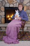 Juguetes rellenos maduros mayores del conejito de pascua de la mujer Fotos de archivo libres de regalías