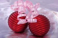 Juguetes rojos de la Navidad con las cintas fotos de archivo