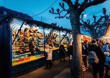Juguetes tradicionales en el mercado Estrasburgo Francia de la Navidad Imágenes de archivo libres de regalías