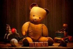 Juguetes viejos del oso y de la antigüedad del peluche de la vendimia en ático Fotos de archivo libres de regalías