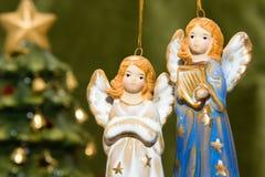Juguetes y árbol de navidad de cerámica del ángel Imagen de archivo
