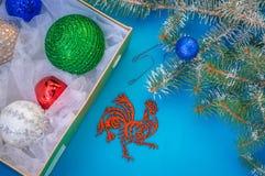 Juguetes y adornos para el ` s del Año Nuevo que un símbolo del fuego amontona Imagen de archivo libre de regalías