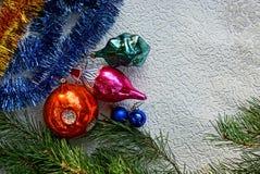Juguetes y agujas de cristal brillantes del ` s del Año Nuevo en un fondo blanco Fotografía de archivo libre de regalías