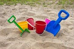 Juguetes y arena coloridos de la playa de los niños de la diversión Foto de archivo