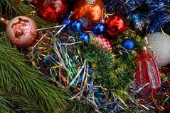 Juguetes y bolas coloreados hermosos del ` s del Año Nuevo en ramas coníferas verdes Foto de archivo