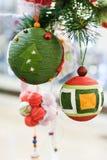 Juguetes y bolas de la Navidad del primer Foto de archivo libre de regalías