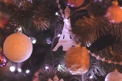Juguetes y decoración de la Navidad en el árbol Torre Eiffel Imagen de archivo