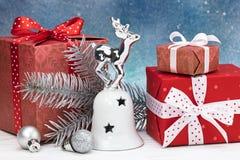 Juguetes y decoraciones, cajas del árbol de navidad de regalo hechas a mano en azul Imagen de archivo libre de regalías