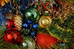 Juguetes y decoraciones coloreados y brillantes de la Navidad Imagenes de archivo