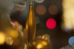 Juguetes y decoraciones de oro de la Navidad Árbol del Año Nuevo imagenes de archivo