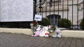 juguetes y flores cerca de la embajada rusa del consulado almacen de metraje de vídeo