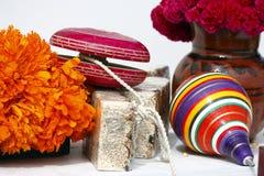Juguetes y flores I Foto de archivo libre de regalías