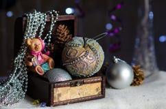 Juguetes y gotas de la Navidad en la caja Imagenes de archivo