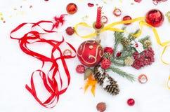 Juguetes y joyería en nieve de velas Fotos de archivo libres de regalías