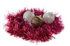 Juguetes y malla de la Navidad roja y blanca Fotos de archivo