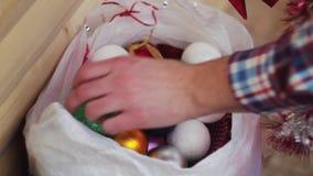 Juguetes y malla del ` s del Año Nuevo que mienten en un paquete almacen de metraje de vídeo